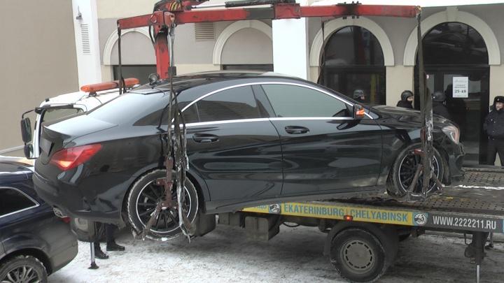 У жителя Екатеринбурга за крупный долг арестовали тонированный Mercedes