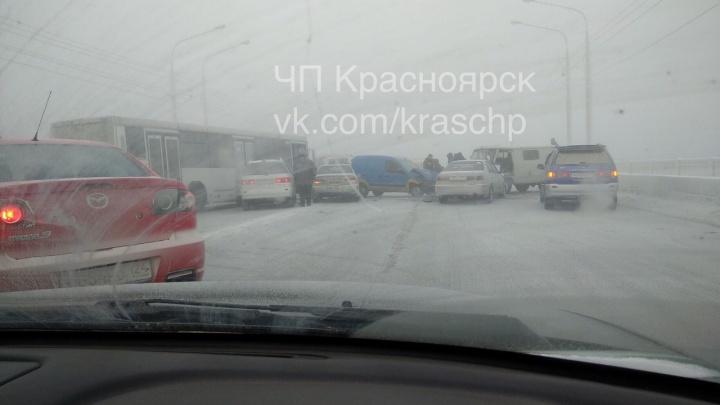 Аварии с 7 авто полностью перекрыли движение на Коммунальном мосту