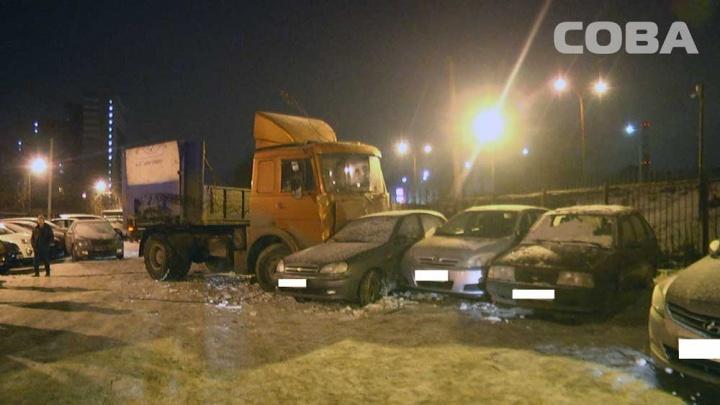На Ботанике МАЗ не справился с управлением, пробил забор и снес четыре автомобиля