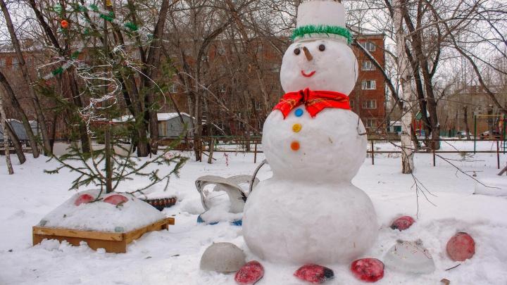 Кровожадный Дед Мороз, царский трон и другие необычные снеговики, которых омичи слепили этой зимой