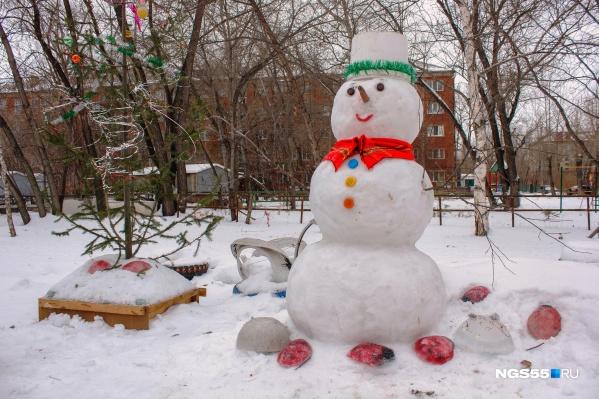 Вежливый снеговик поздравляет всех с прошедшими праздниками