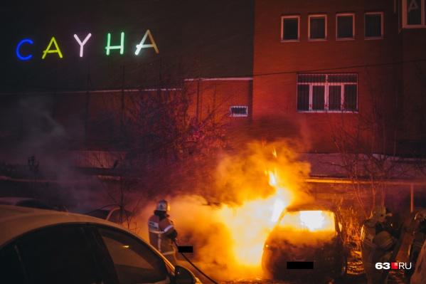 Огонь от загоревшейся машины перекинулся на соседний автомобиль