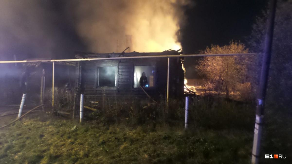 Огонь распространился на площади 150 квадратных метров