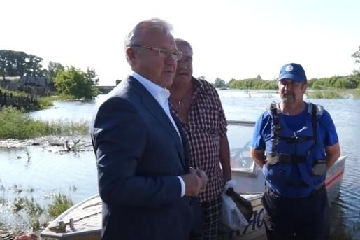 Александр Усс в Канске смотрит на последствия затопления