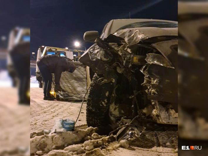 Вся правая передняя часть машины была смята. Из-за поврежденного кузова восстанавливать машину не было смысла