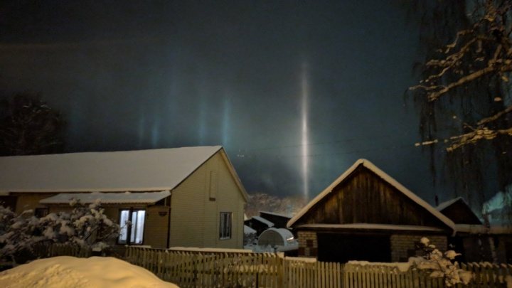 Появляются при резком падении температуры: жители Прикамья заметили в небе световые столбы