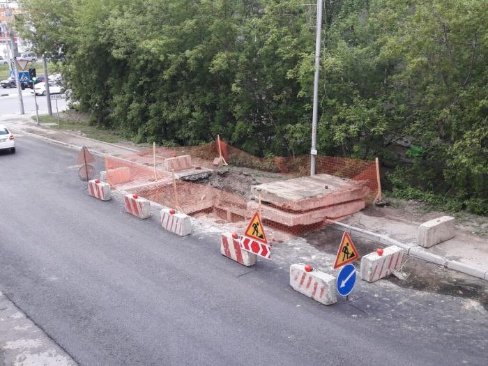 Компания «СИБЭКО» проводит ремонт теплотрассы на участке дороги, которую отремонтировали день назад