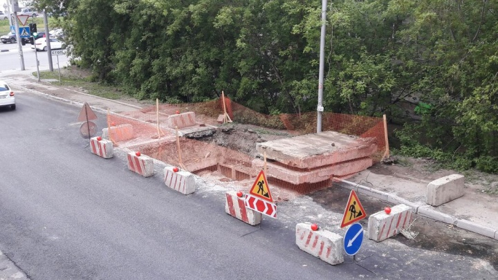 Свежий асфальт пролежал меньше суток: его раскопали для ремонта теплотрассы