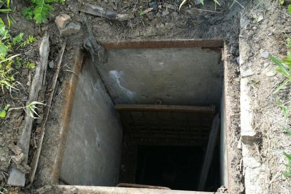 Внутри открытых подвалов остались гнить под дождем картофель и запасы