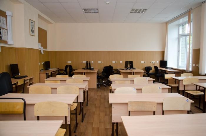 Классы стоят пустыми — сегодня ученики занимаются дома