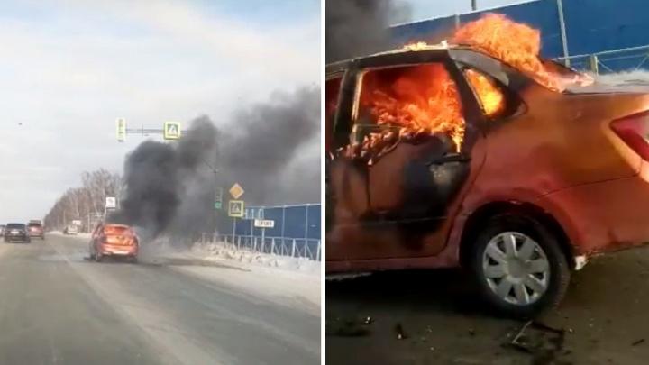 На дороге перед Бердском вспыхнул седан: машина полностью выгорела