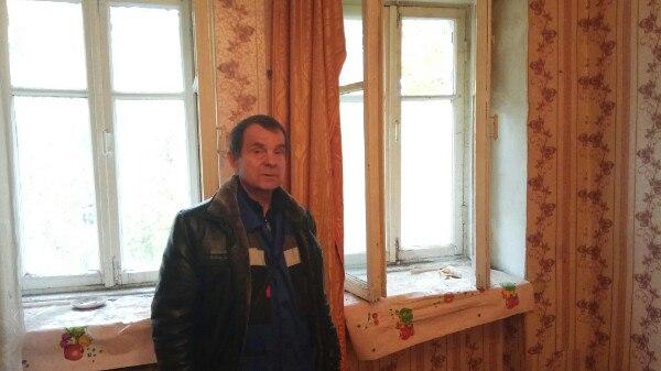 «Раньше здесь жили наркоманы»: пенсионер из автобуса переехал в выданную чиновниками квартиру