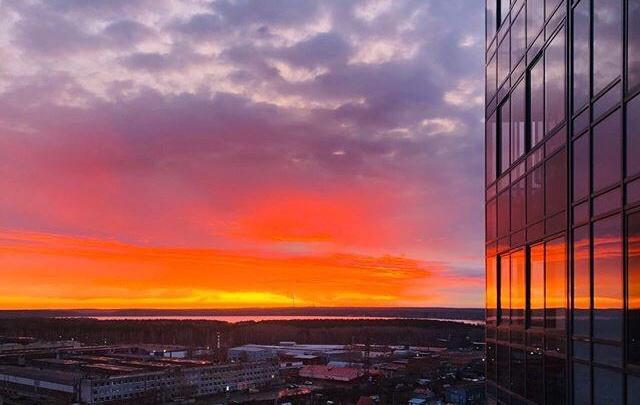 Под таким небом просыпаться приятнее: подборка снимков огонь-рассвета от читателей E1.RU