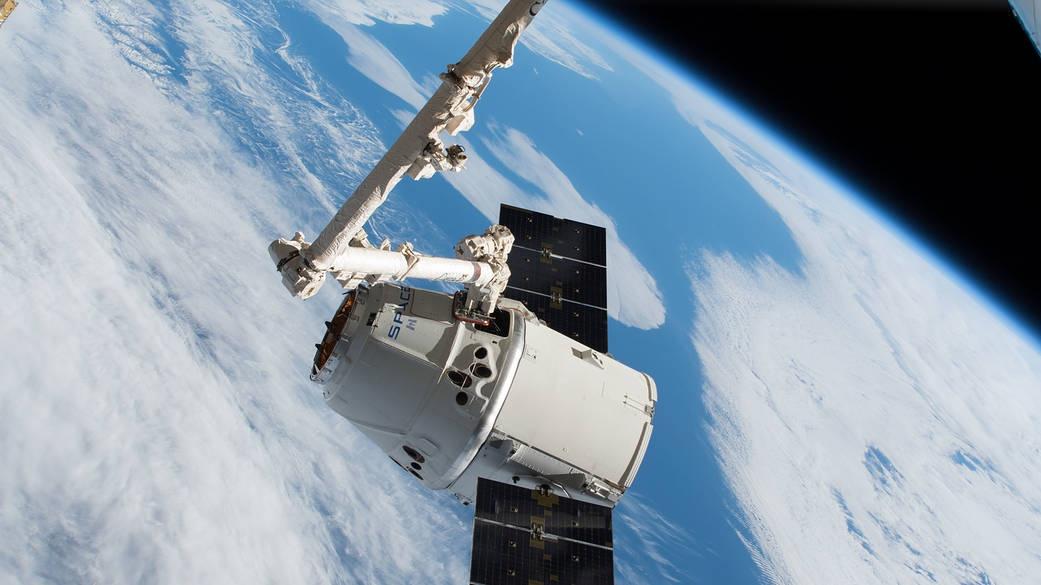 Стыковка американского грузового корабля Dragon компании SpaceX к МКС с помощью канадского манипулятора Canadarm2