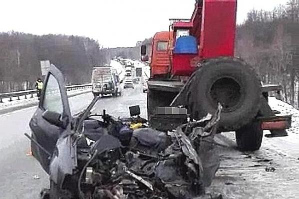 Водитель и пассажир легковушки скончались на месте