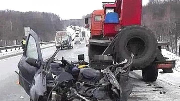 Под Уфой в ДТП с грузовиком КАМАЗ и Renault Logan погибли два человека