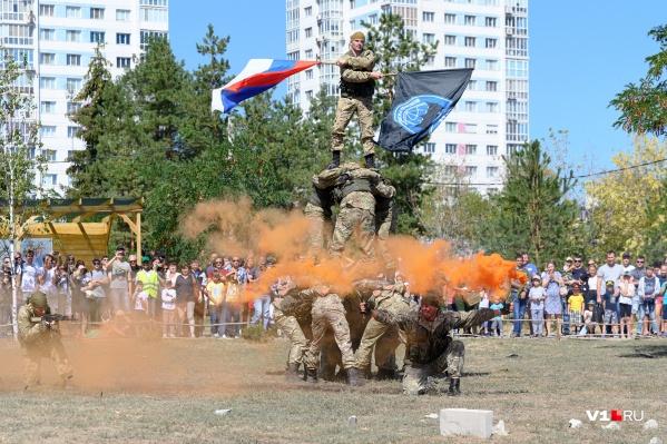Разведчики показали красочное шоу с элементами боя