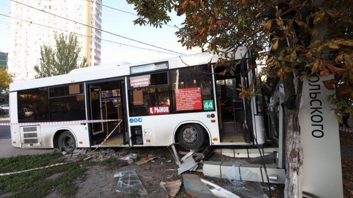 В Ростове на Шайбе автобус въехал в остановку с людьми