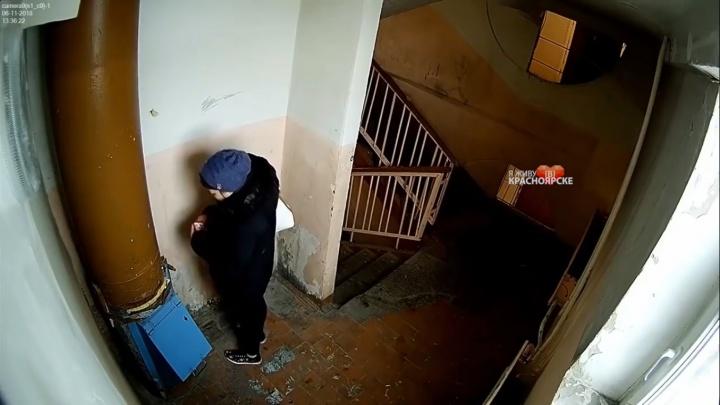 В Шарыпово жители установили камеру в подъезде и были шокированы поведением соседей