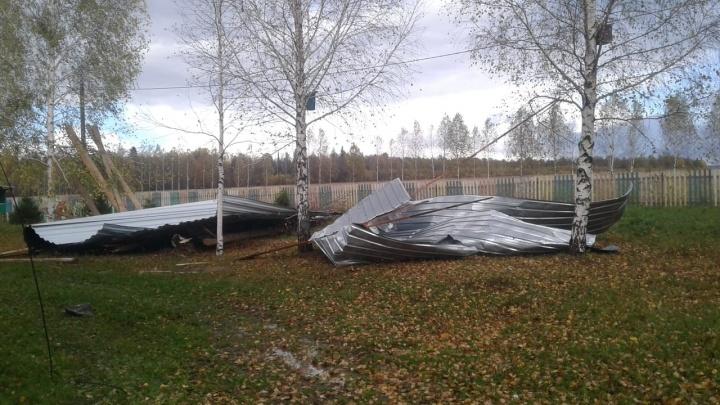 Сорвало крышу: ураганный ветер повредил кровлю школы в Башкирии