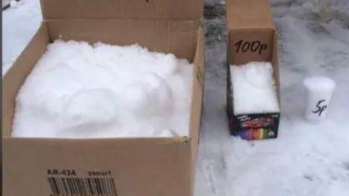 Необычный бизнес: ростовчане продают снег прямо возле многоэтажки