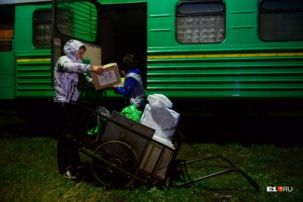 Маршрут почтового вагона занимает всю ночь, на конечных станциях женщин всегда очень ждут