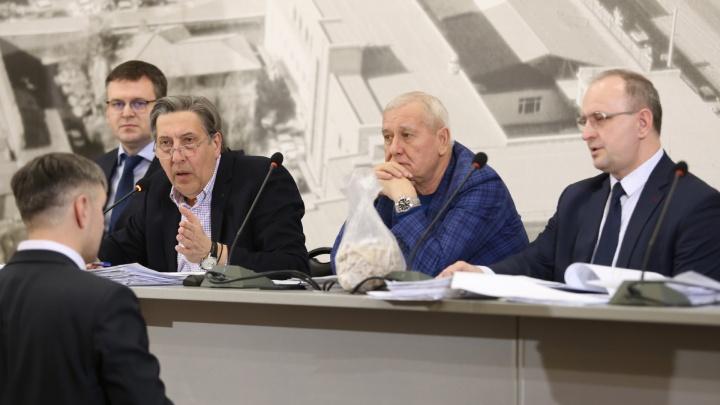 Начальнику комитета архитектуры бросили пакет сухарей при обсуждении стройки в челябинском бору