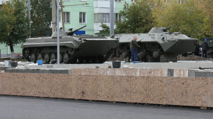 В Курган зашла военная техника: ремонт сквера напротив «Звёздного» завершается