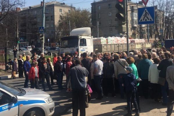 На митинге собрались около 200 человек