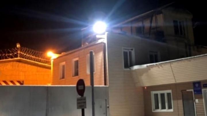 Десятки машин приехали ночью к колонии Арейского в память убитой девушки на «Солярисе». Видео
