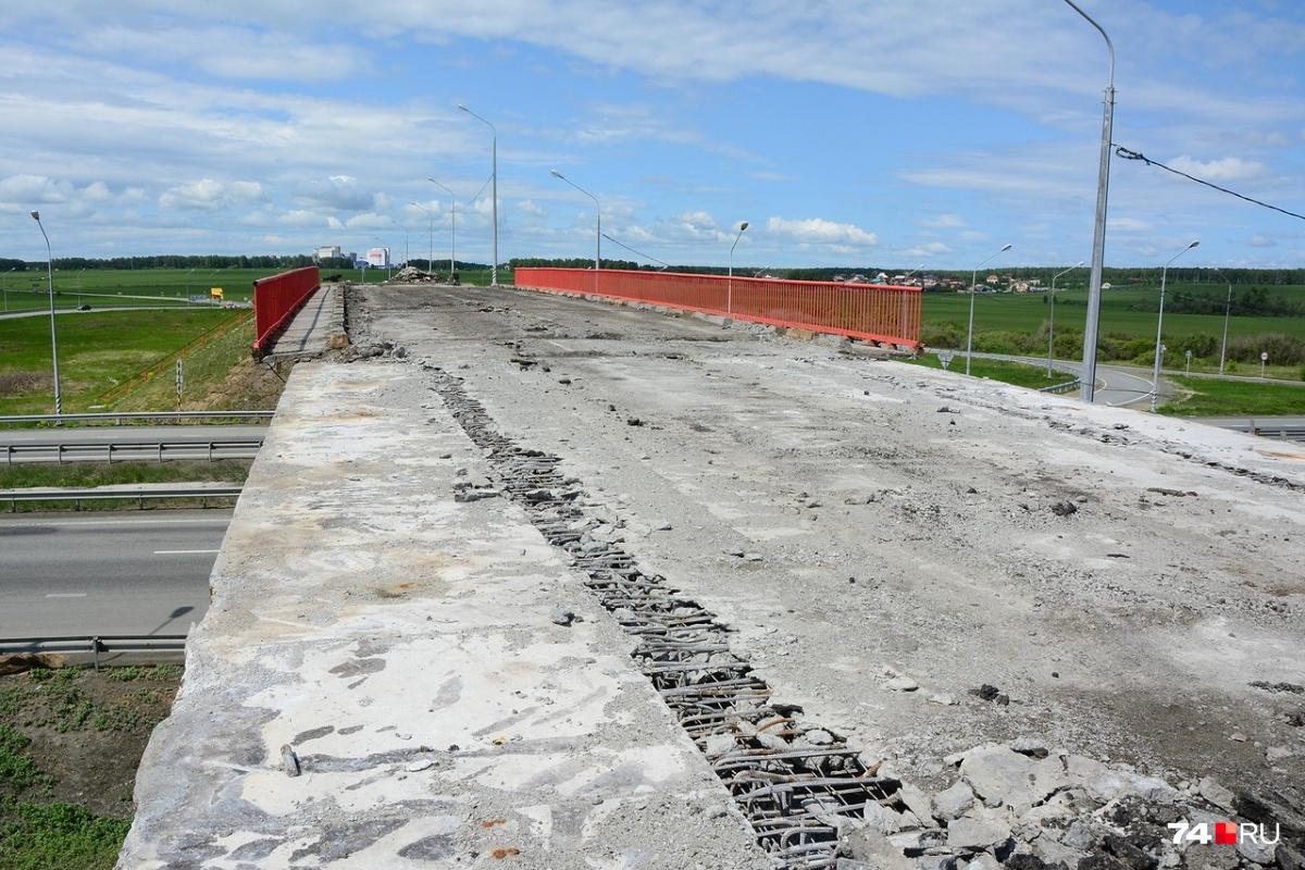 С моста над трассой Челябинск — Екатеринбург (часть трассы М-5) в сторону Рощино сняли асфальт. В день нашего визита рабочих на объекте видно не было