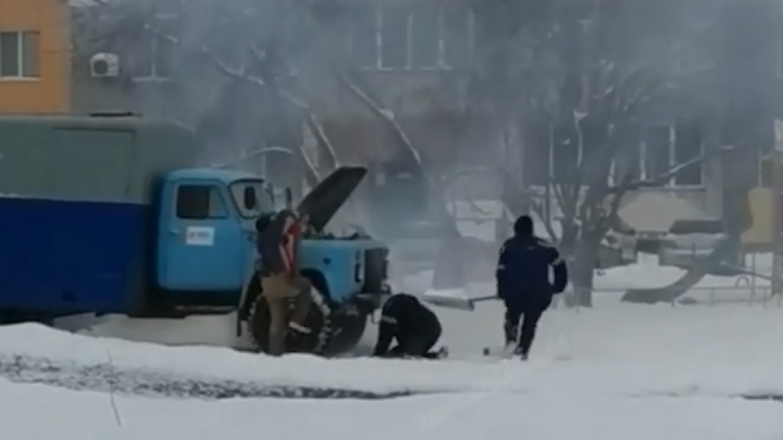 В Башкирии сняли на видео, как мужчины тушат снегом горящий грузовик