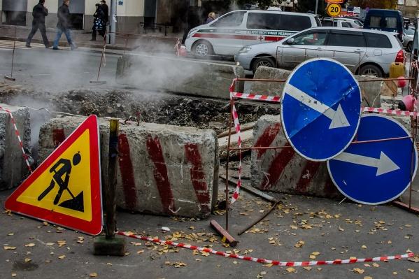 Дорогу перекопали из-за ремонта теплотрассы