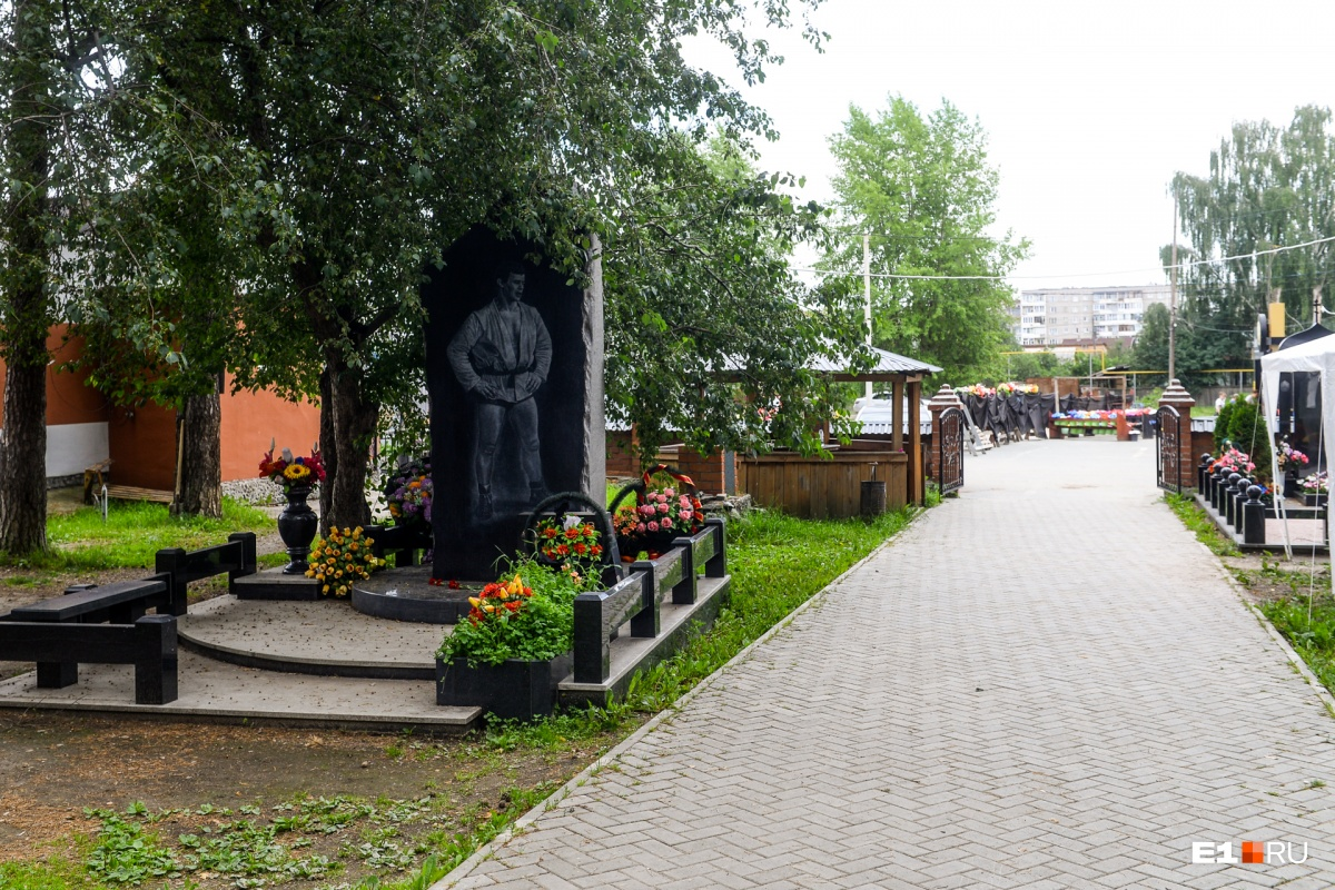 Могила самбиста Александра Федорова — в стороне от других