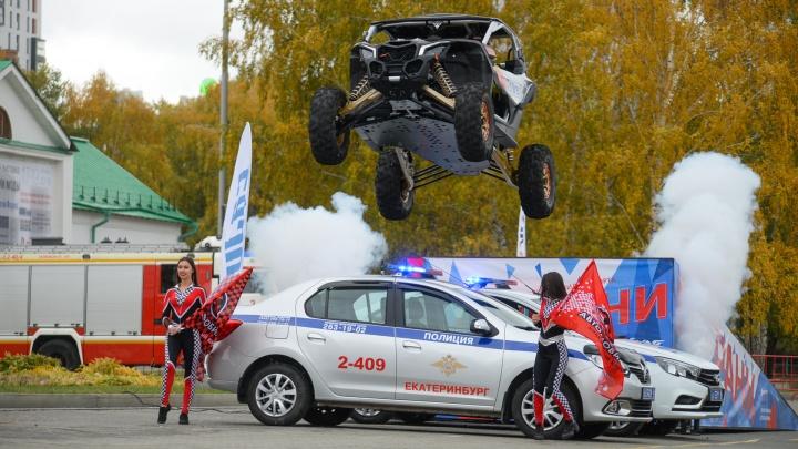 На Плотинке Сергей Карякин перепрыгнул на багги через машины