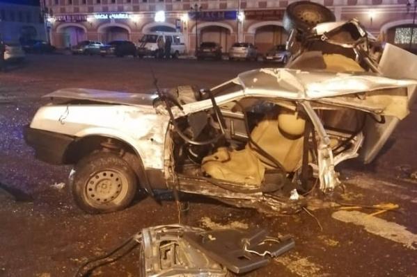 Отечественную машину разорвало на части в ДТП в Угличе