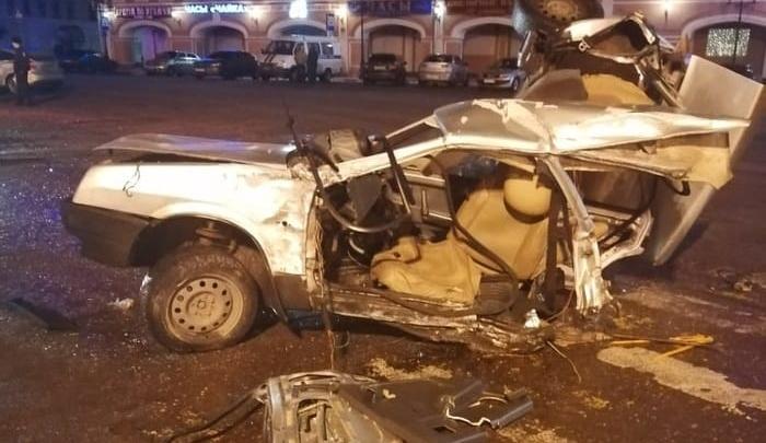 Машина разложилась по дороге: уходя от погони, водитель без прав устроил страшное ДТП. Видео