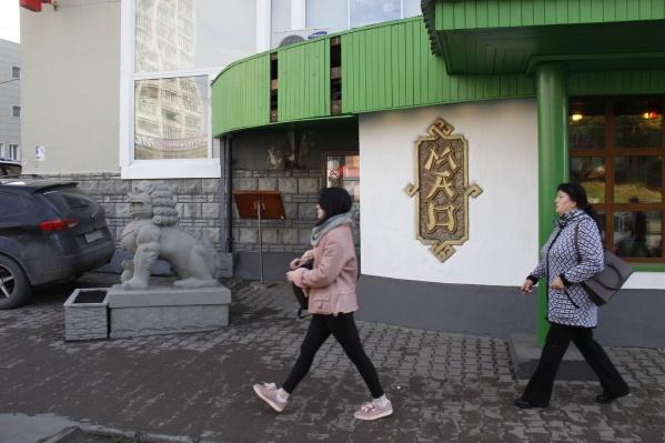 На входе в ресторан уже появился новый декор, но характерные скульптуры львов остались на месте