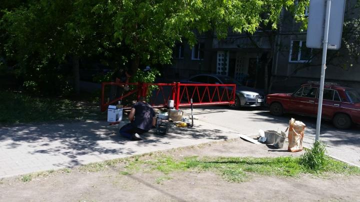 Уставшие от машин жители Коломенской отгородили свой двор воротами