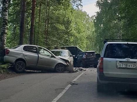 На узкой дороге на выезде из города в массовом ДТП столкнулись три машины