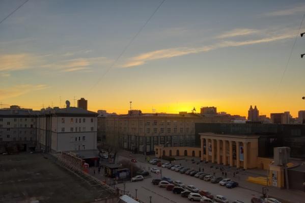 По наблюдениям корреспондента НГС, около 9 утра облака поменяли цвет с розового на оранжевый