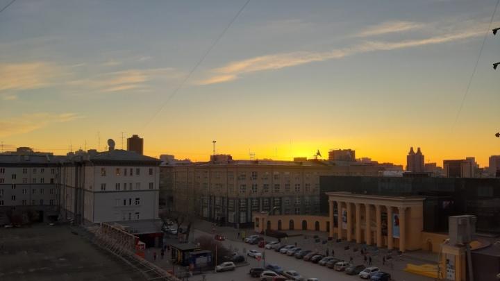 Сначала малиновый, потом оранжевый:новосибирцев восхитил рассвет над городом