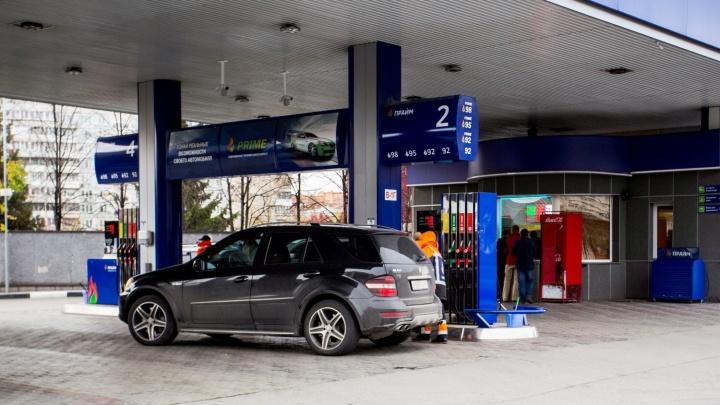 На новосибирских заправках повысили цены на все марки бензина