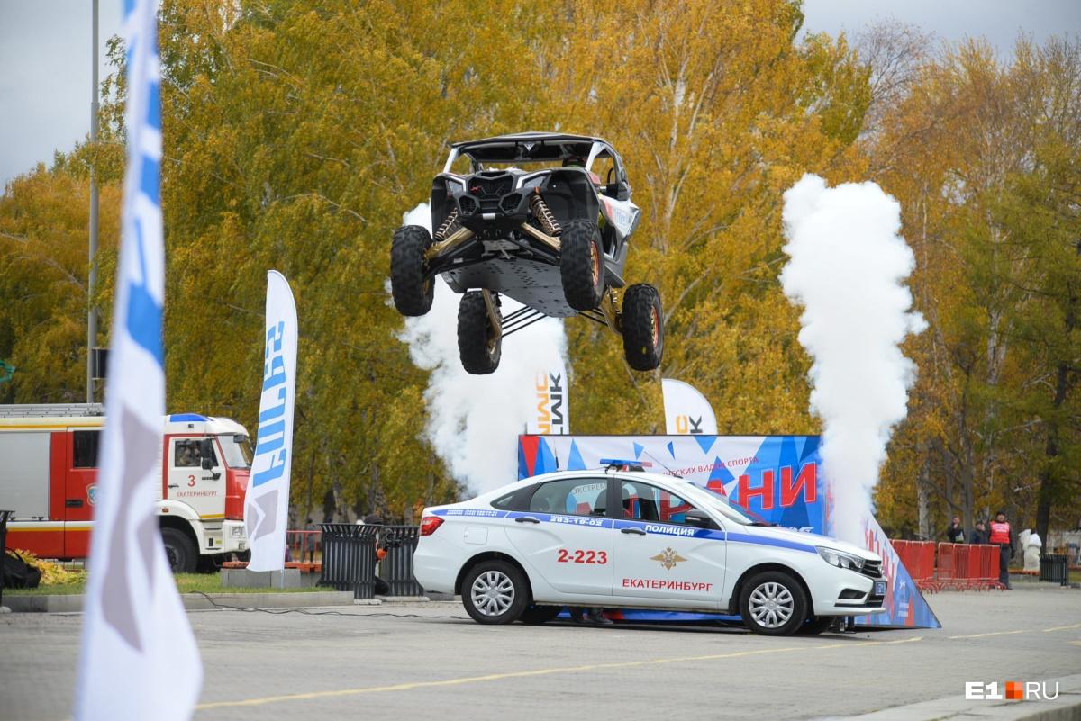 Во второй раз Сергей Карякин перепрыгнул одну машину ГИБДД
