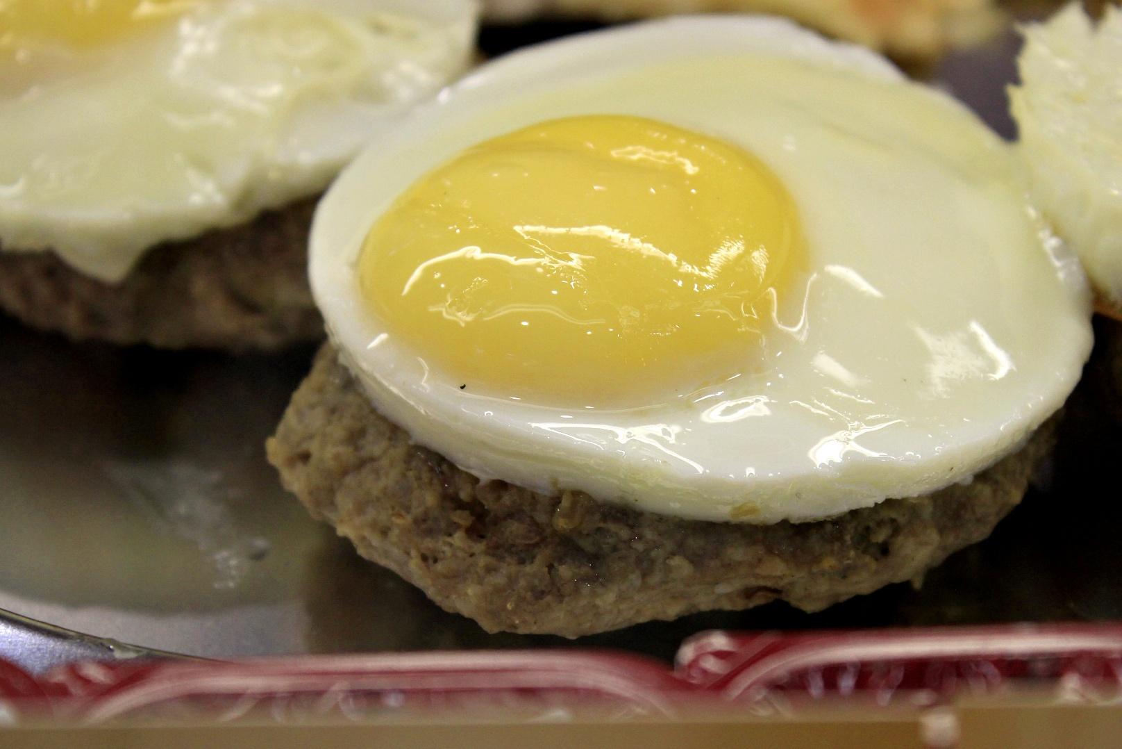 Бифштекс с яйцом (85 рублей)