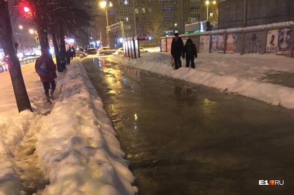 Тротуары залило водой