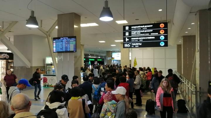 Китайские туристы встали в гигантскую очередь в аэропорту Толмачёво