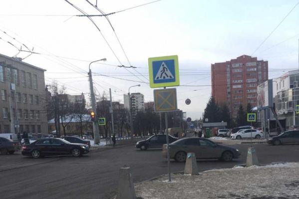 Указатель означает, что въезд на перекресток в случае пробки запрещен