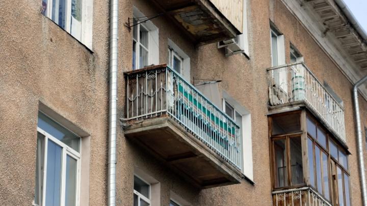 Омская пенсионерка решила спуститься из квартиры по связанным простыням и сорвалась