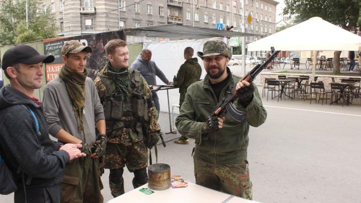 На пешеходной улице Ленина появились люди с автоматами